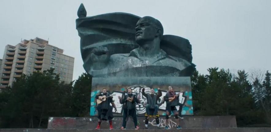 travis-statue