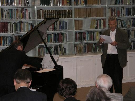 Niklas Stiller saját műveiből olvas fel a düsseldorfi Heinrich Heine Intézetben